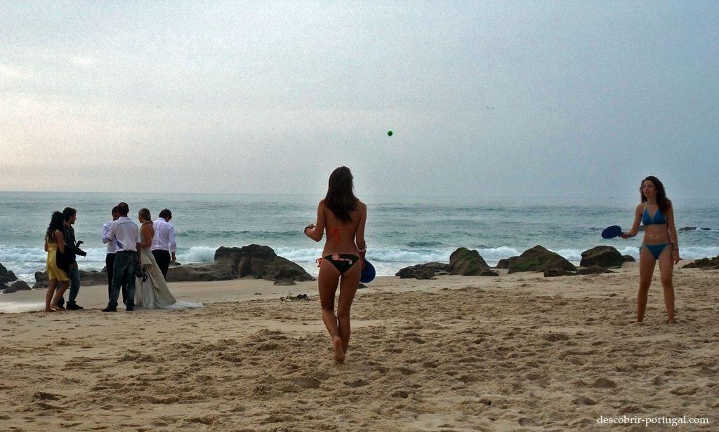 Jeunes filles jouant sur la plage
