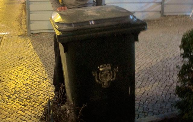 Poubelle de Lisbonne au blason doré :)