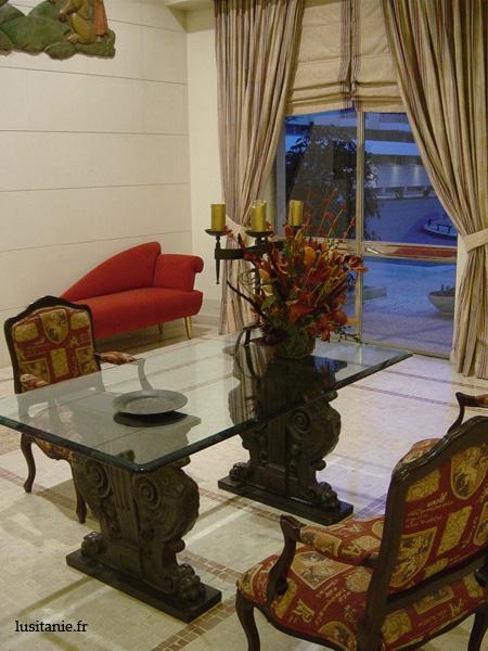 J'aime beaucoup cette table en verre dans le grand hall d'entrée