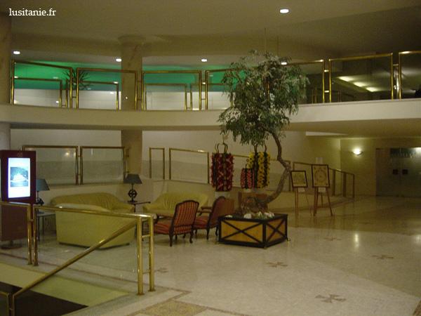 """Deux niveaux pour ce hall... avec des """"tabuleiros"""" en déco, objet typique de Tomar"""