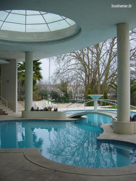 La piscine de l'hôtel est dans un superbe cadre