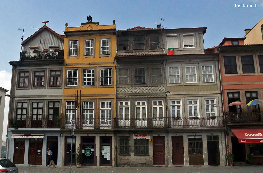 Fa ades d 39 immeubles porto ville patrimoine de l 39 unesco for Piscine entre 2 immeubles