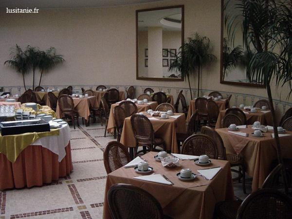 Restaurant de l'hôtel, avec ses tables prêtes pour le petit déjeuner