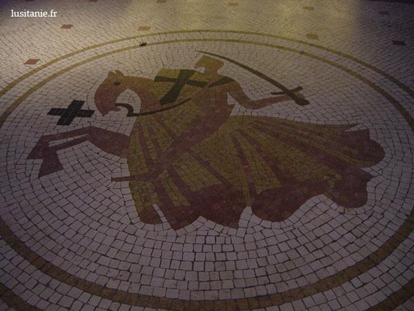 """Emblème de l'hôtel sur le pavement de l'entrée, en """"calçada"""" portugaise typique"""