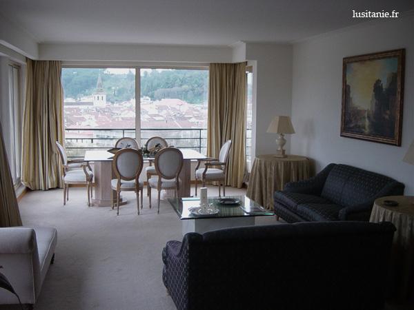 Suite de l'hôtel, et sa terrasse au fond avec vue sur la vieille ville