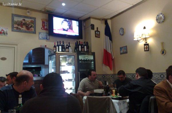 Salle du restaurant, avec la télé portugaise