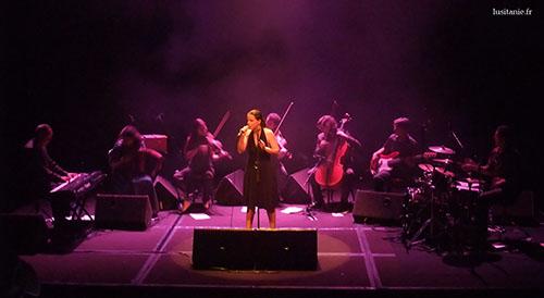 Ana Vieira au chant, avec le Cinema Ensemble au complet