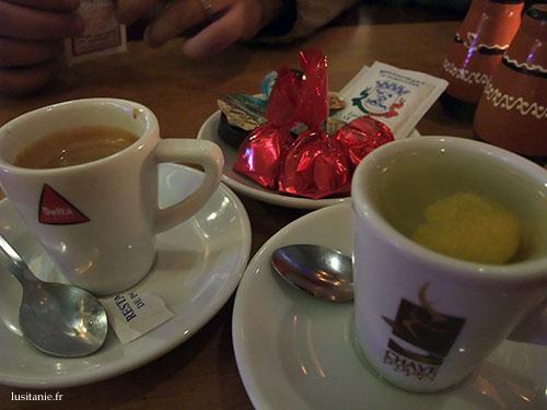 Un café et une infusion au citron