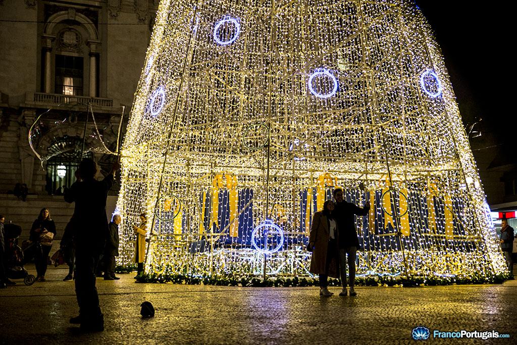 Des animateurs de rue, des selfies... c'est la magie de Noël, en attendant que l'hiver arrive...