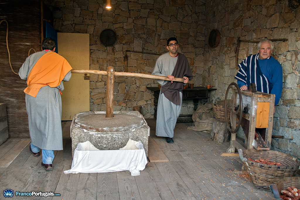 On nous montre comment on fait de la farine, avec la meule.