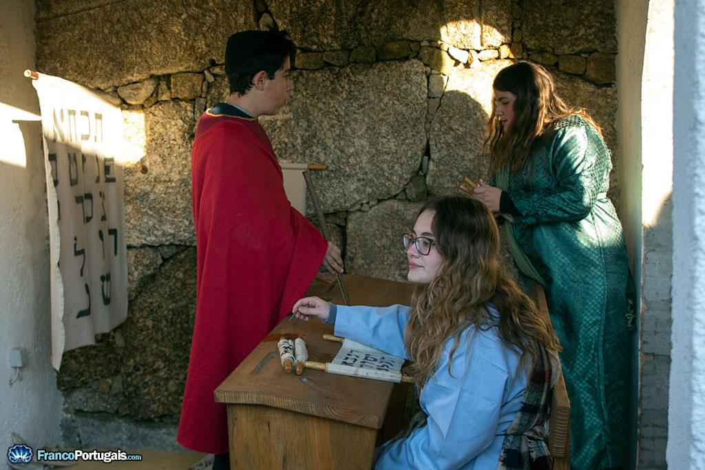 Des étudiants apprennent l'art d'écrire en hébreu.