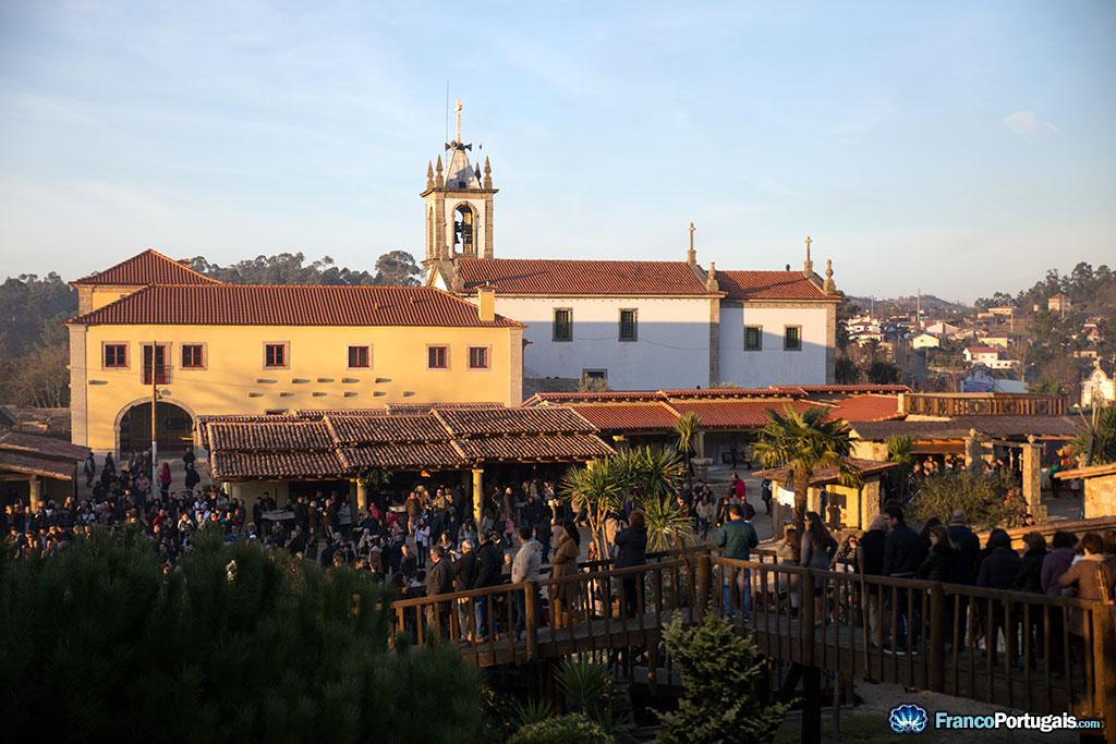 C'est au pied de l'église du village que se trouve la crèche. Chaque année, ce sont des dizaines de milliers de personnes qui viennent admirer le travail des paroissiens.