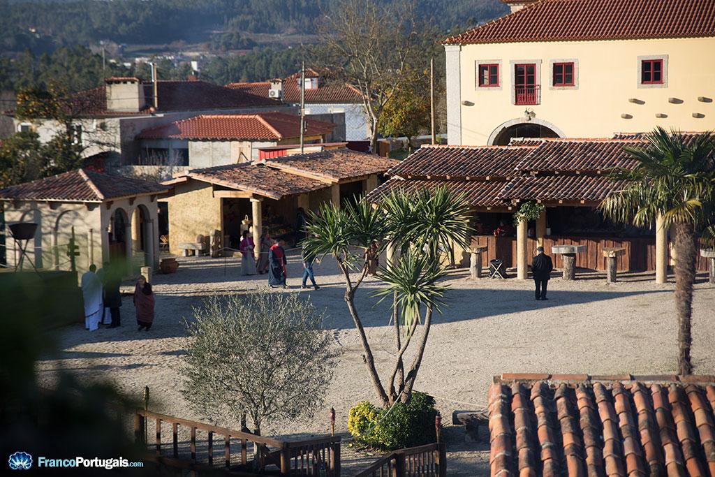 Par une petite ouverture de la palissade qui entoure le site de l'évènement, on peut avoir un aperçu du village construit pour l'occasion, au pied de l'église.