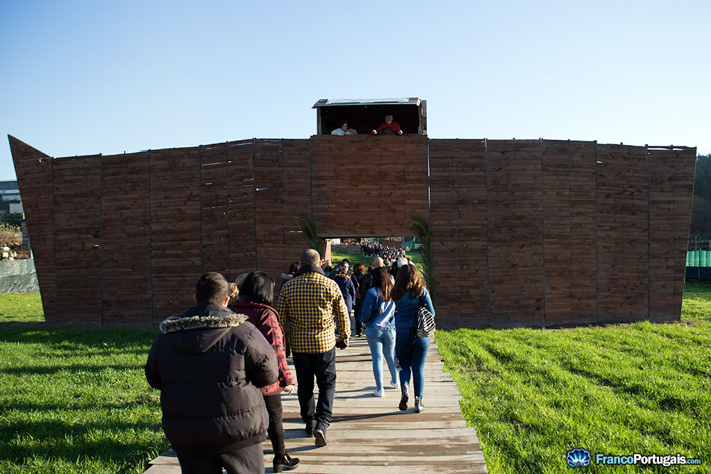 L'entrée de la crèche vivante, où deux personnes saluent les visiteurs.