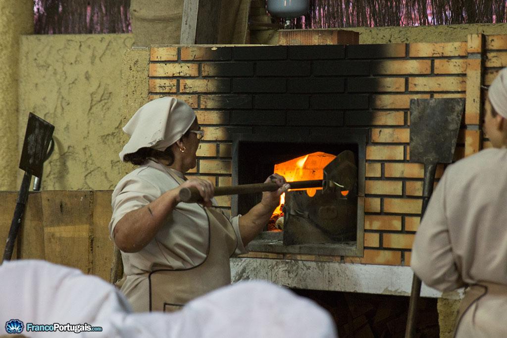 La boulangerie, et ses boulangers, avec un des meilleurs pains que j'ai pu manger au Portugal. C'est ça, le traditionnel, fait au feu de bois !