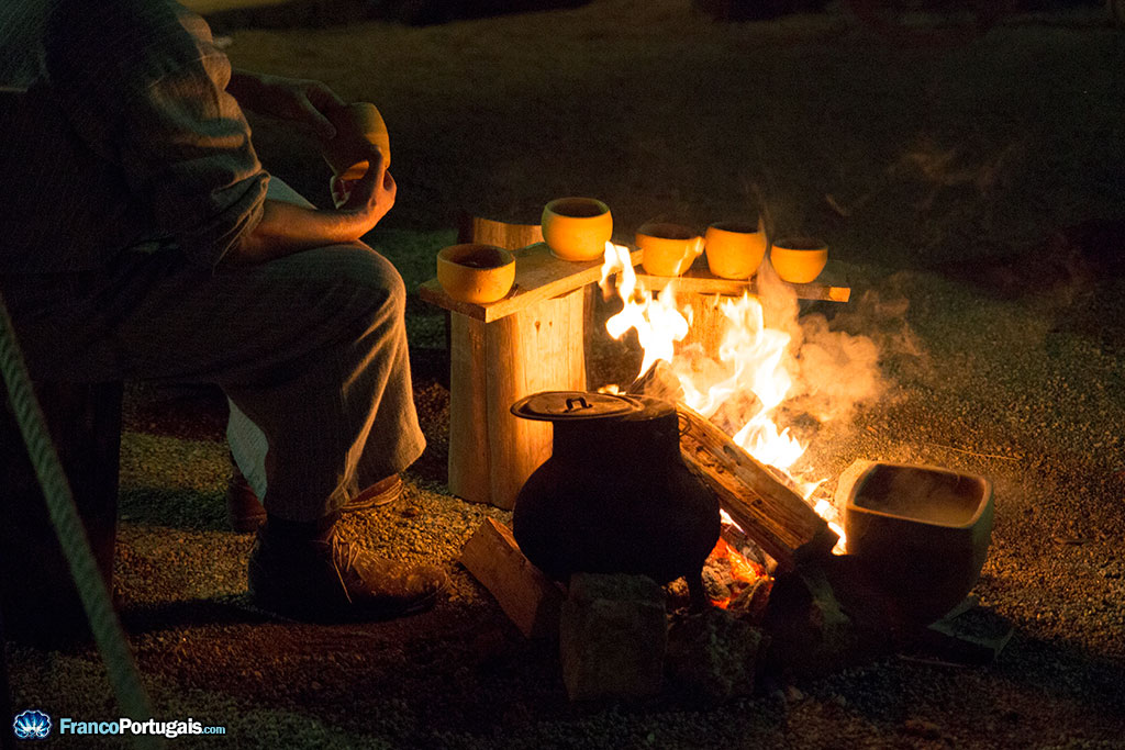 C'est le soir, avec une bonne soupe, cuite au feu.