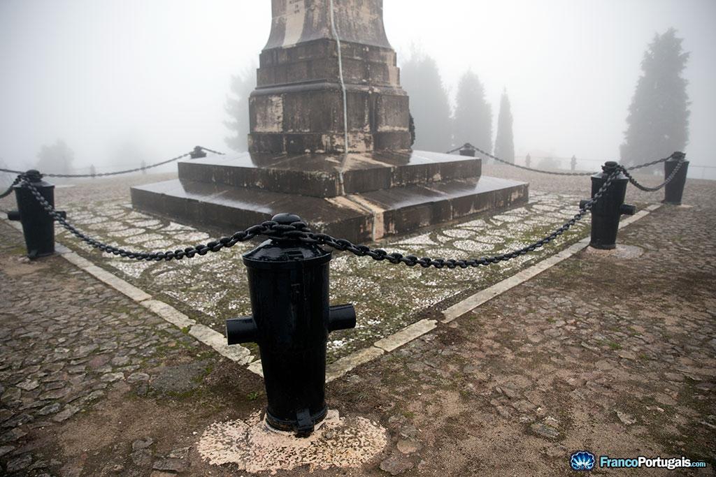 A la base de l'obélisque, une chaîne et des canons.