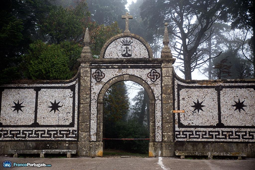 Porte de Sula, surmonté du blason de l'ordre des Carmes déchaux.
