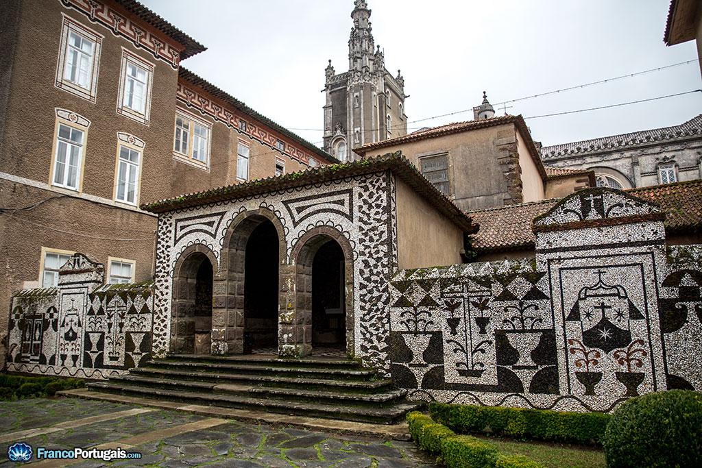 L'architecture est très originale, nous rappelant les pavés des trottoirs traditionnels. Derrière, on notera l'immense palais royal.