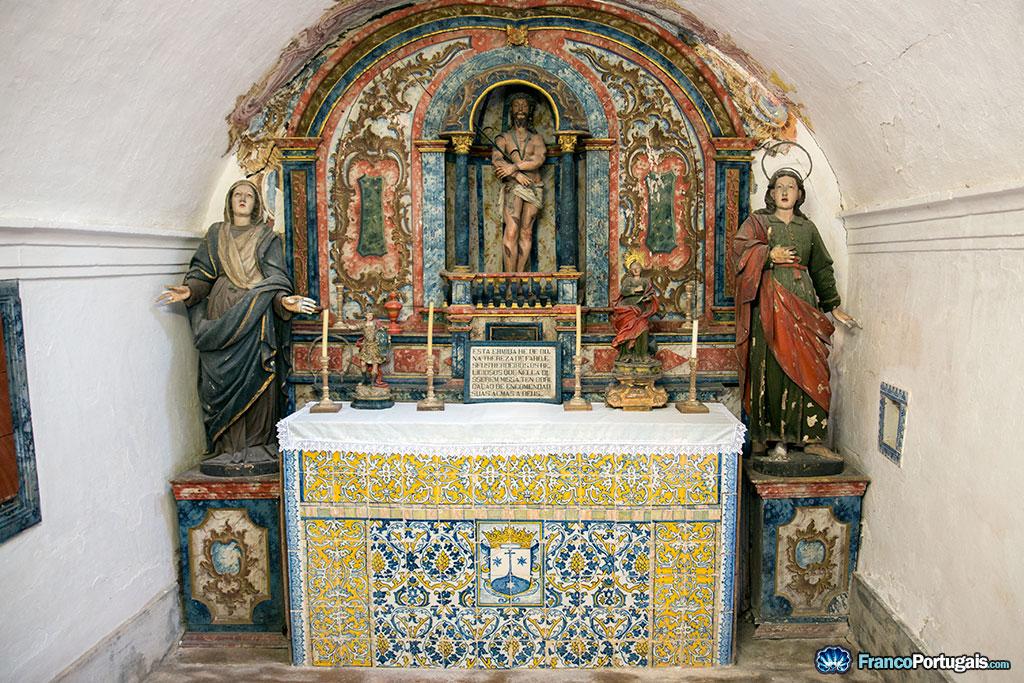 Le couvent, qui n'est plus habité depuis des siècles, est dans un état qui mériterait qu'on lui prête plus d'attention. En l'état, tout est assez sinistre...