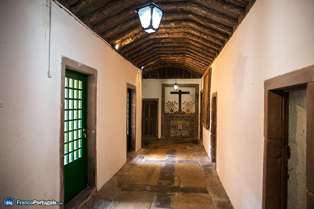 Dans les couloirs du monastère.