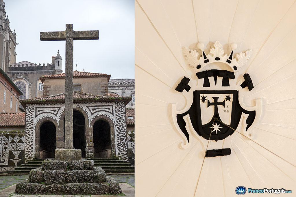 A gauche, l'entrée du couvent. A droite, le blason de l'ordre des Carmes déchaux.