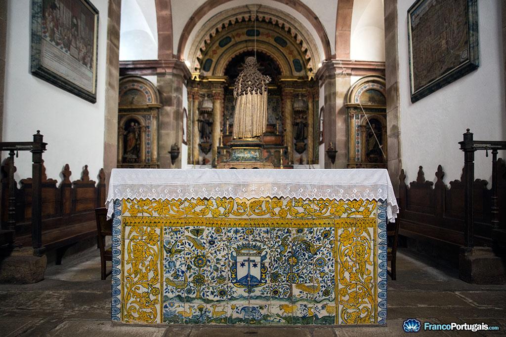 On remarque le blason des Carmes déchaux sur le carrelage décoratif de l'autel.