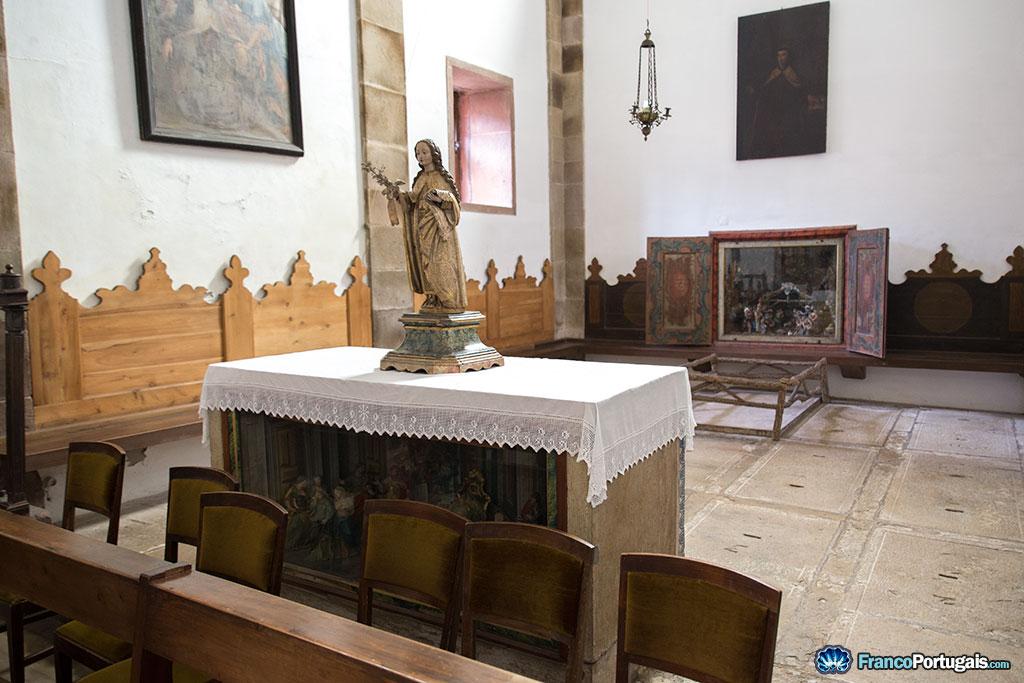 L'église du couvent est petite. Elle n'a jamais été prévue pour un large auditoire. Notez les crèches sous l'autel ou au fond.