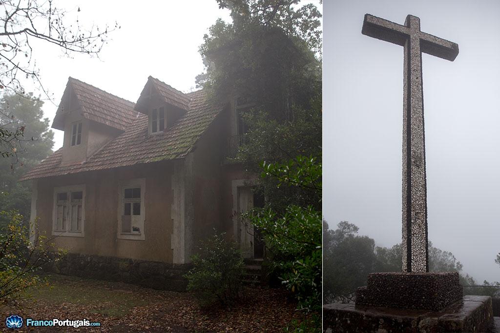 A gauche, il s'agirait de la maison de la maîtresse du Roi, selon les dires d'un passant. A droite, la Croix Haute, ou Cruz Alta.