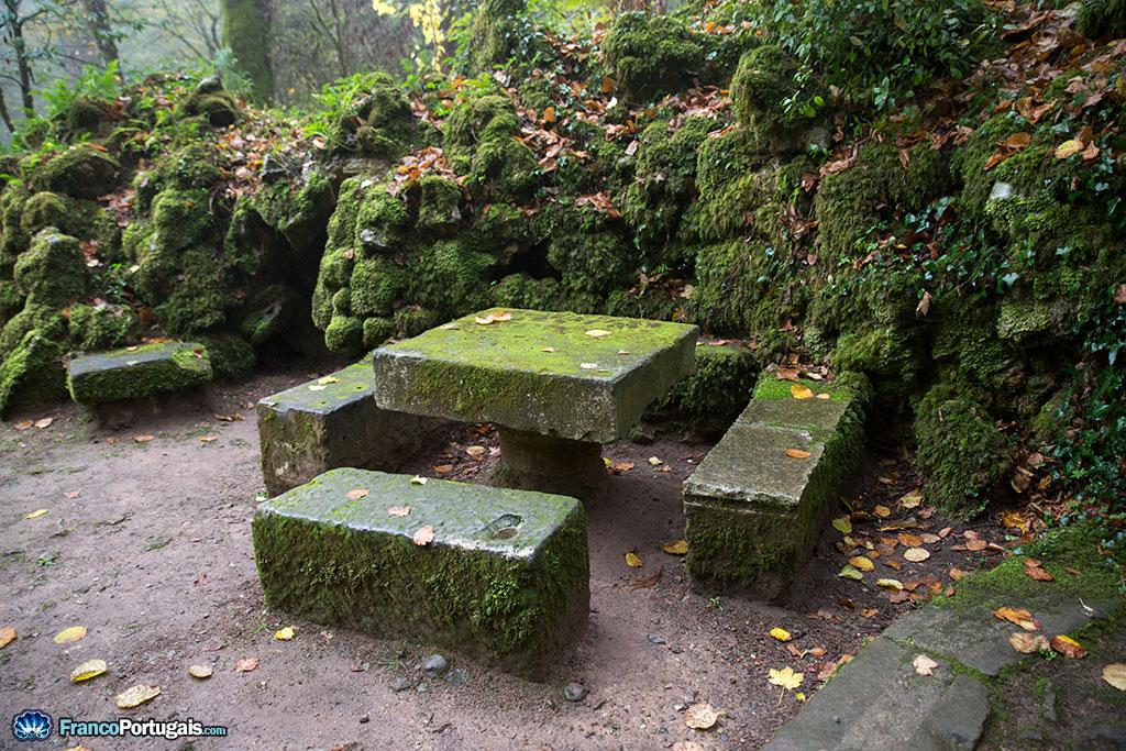 Ici et là, des bancs pour se reposer. Ils sont souvent à proximité immédiate des stations du chemin de croix.