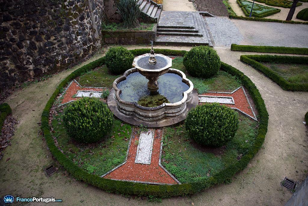 Une fontaine, au centre d'une Croix de l'ordre du Christ.