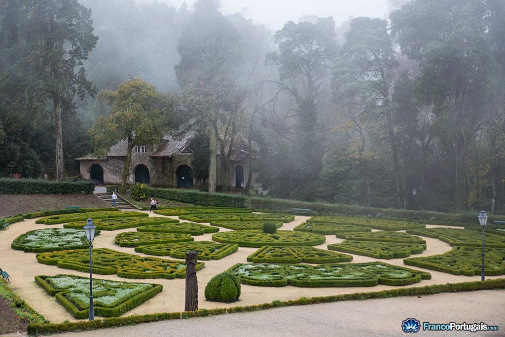 Le jardin à la française fait face au palais.