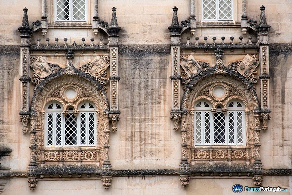 Fenêtres surplombées de blasons de pierre décoratifs