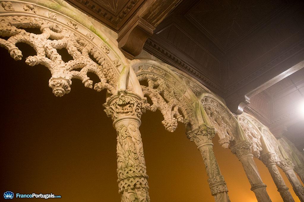 Arcades néo-manuélines à l'entrée du palais.