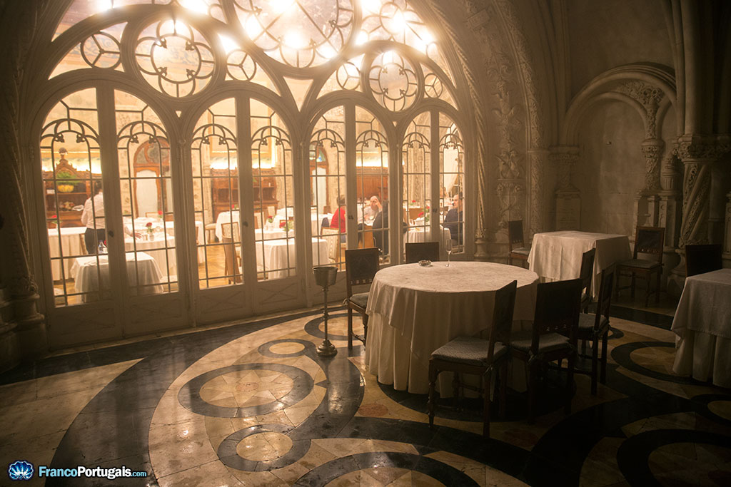 La terrasse du restaurant, que l'on aperçoit derrière les portes vitrées.