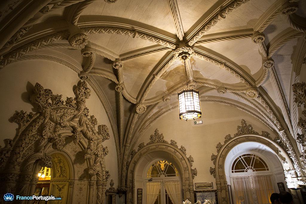Des cordages de pierres qui s'entrelacent, des portails richement décorés, pas de doute, l'architecture est d'inspiration manuéline.