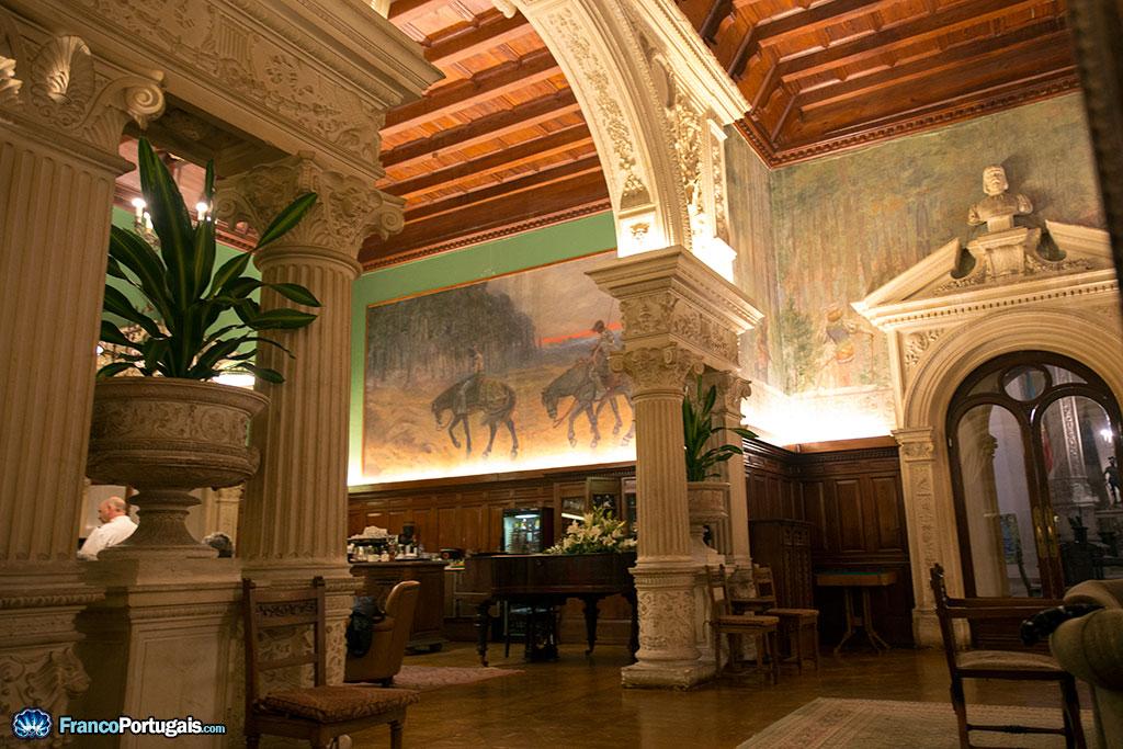 Derrière cette arcade du Salon Noble se trouve le bar.