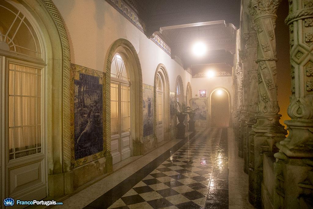 En arrivant au palais, avec la porte au fond, nous sommes accueillis par les azulejos, représentant les Lusiadas ou l'épopée portugaise écrite par Camões.