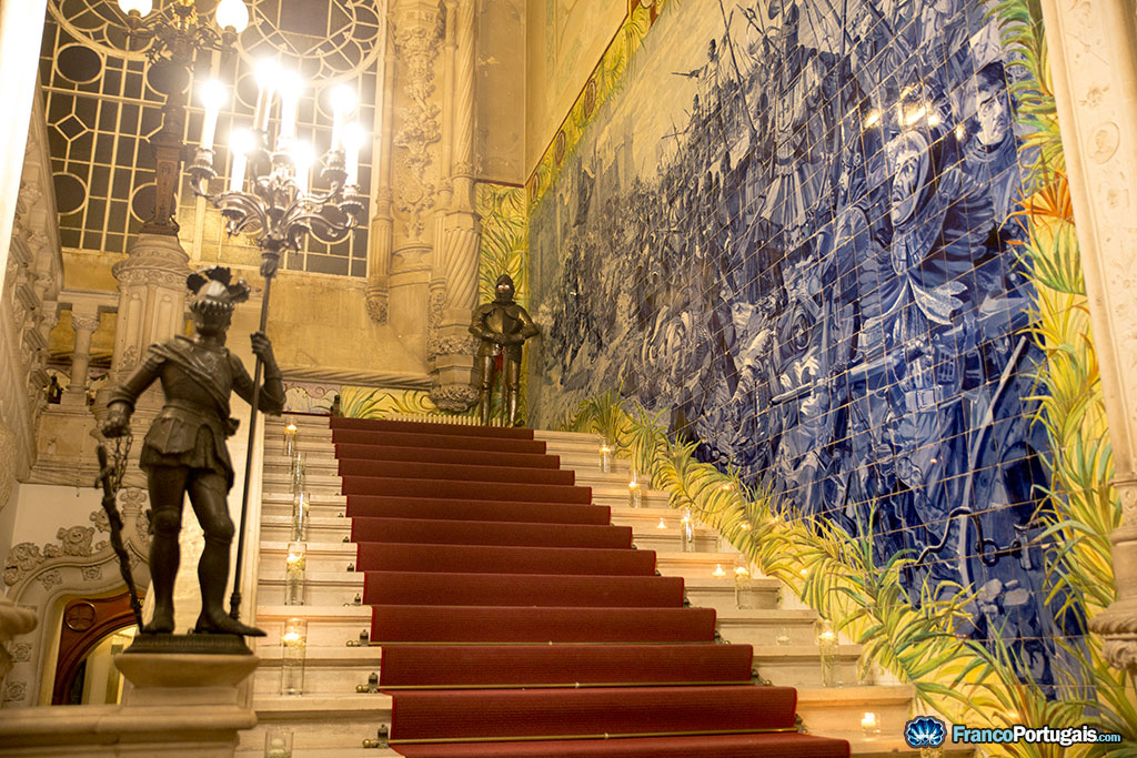 Les escaliers du palais, avec les azulejos représentant les grandes batailles du passé.