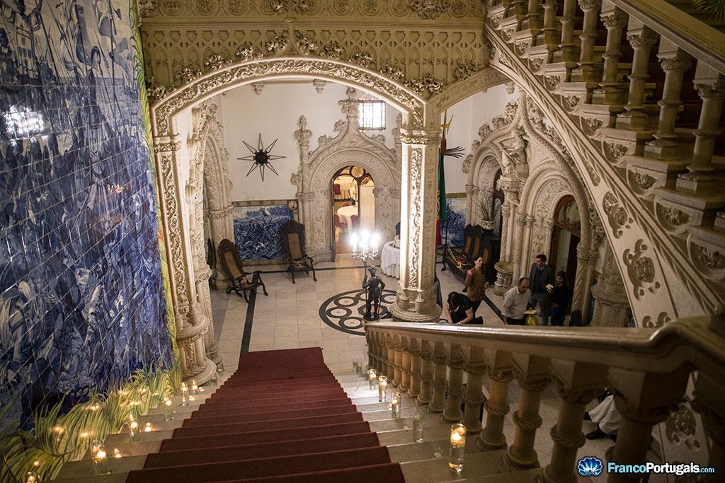 Les escaliers principaux du palais, avec sur la gauche un grand panneau de azulejos.