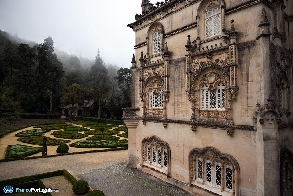 Au loin, la brume enchante la forêt mystérieuse qui entoure de toutes parts l'ancienne résidence royale...