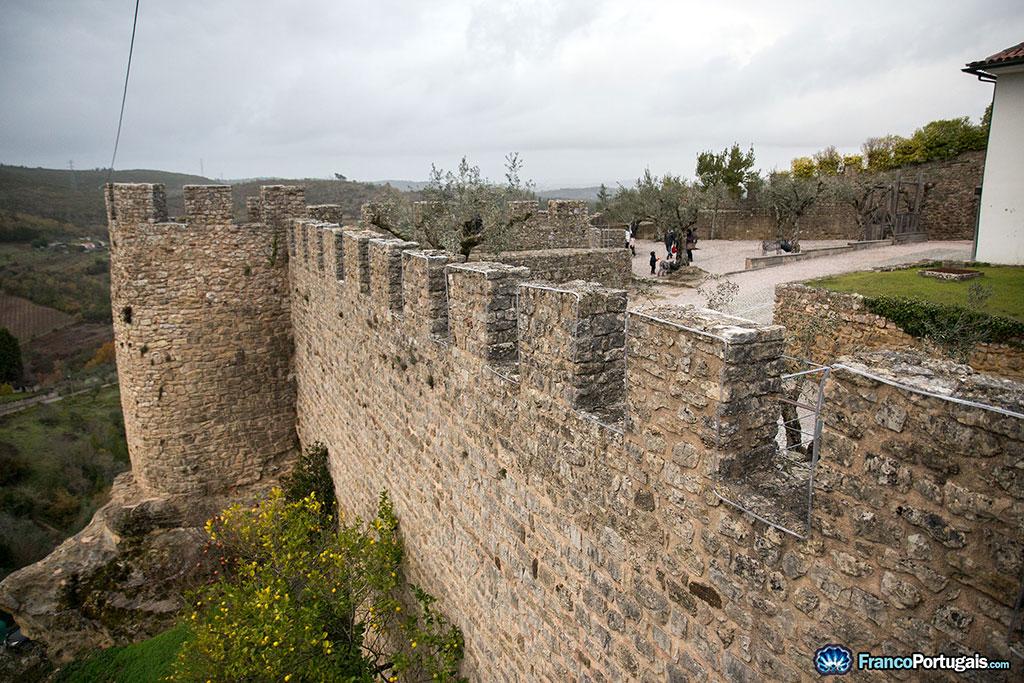 Murailles construites en prolongement de la colline rocheuse