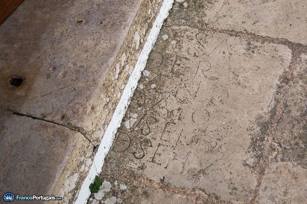 réemploi d'une pierre contenant des inscriptions
