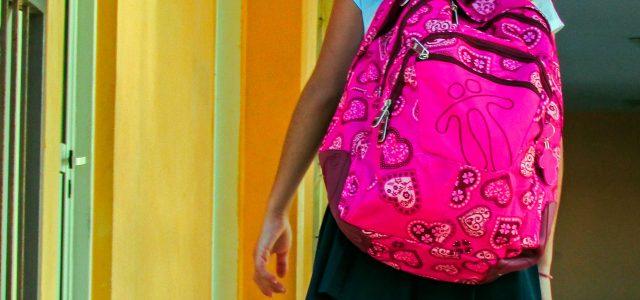 fille et sac à dos