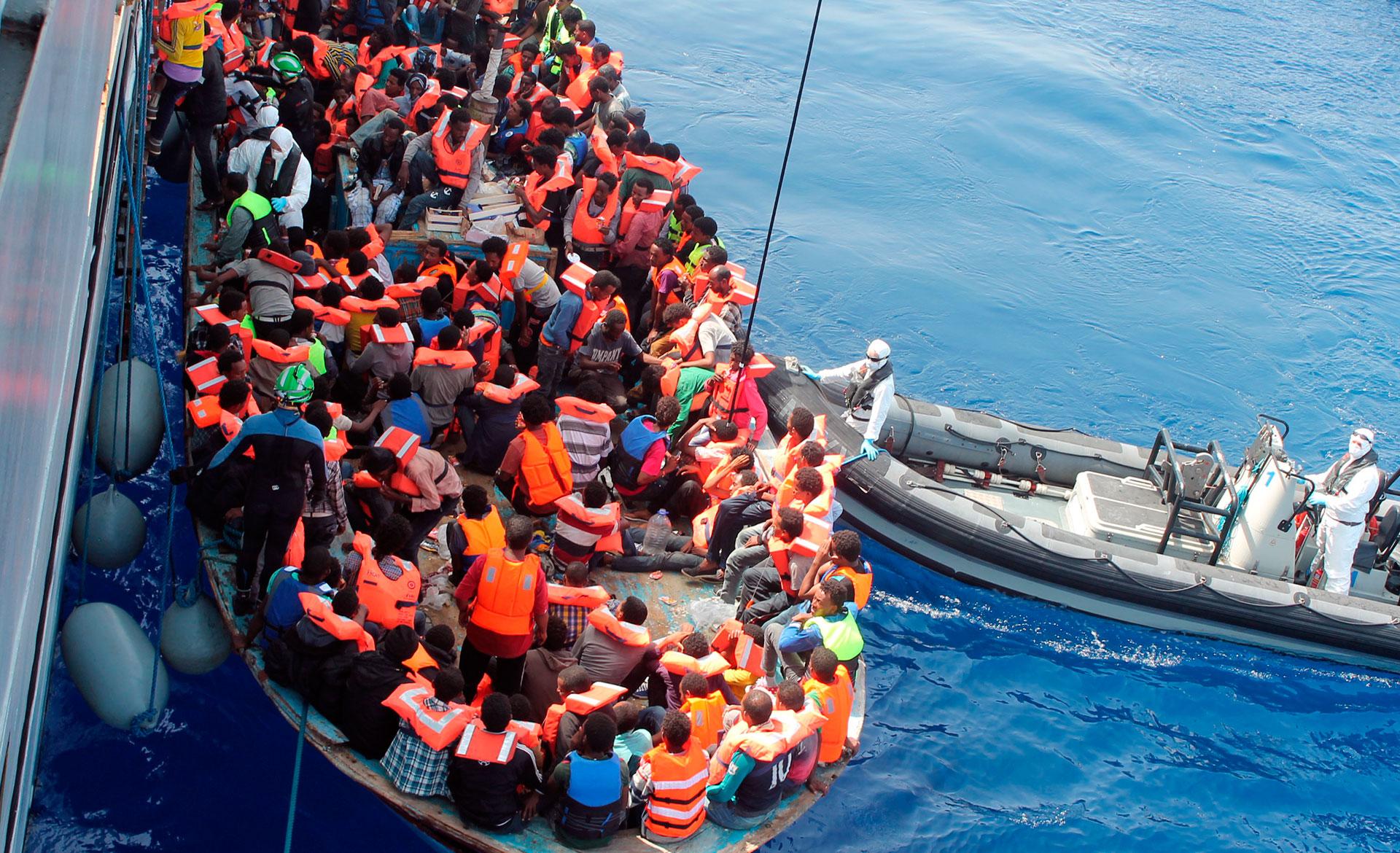 immigrés sur un bateau en Méditerranée