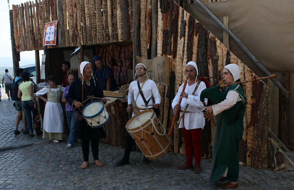 musiciens habillés comme au Moyen Âge