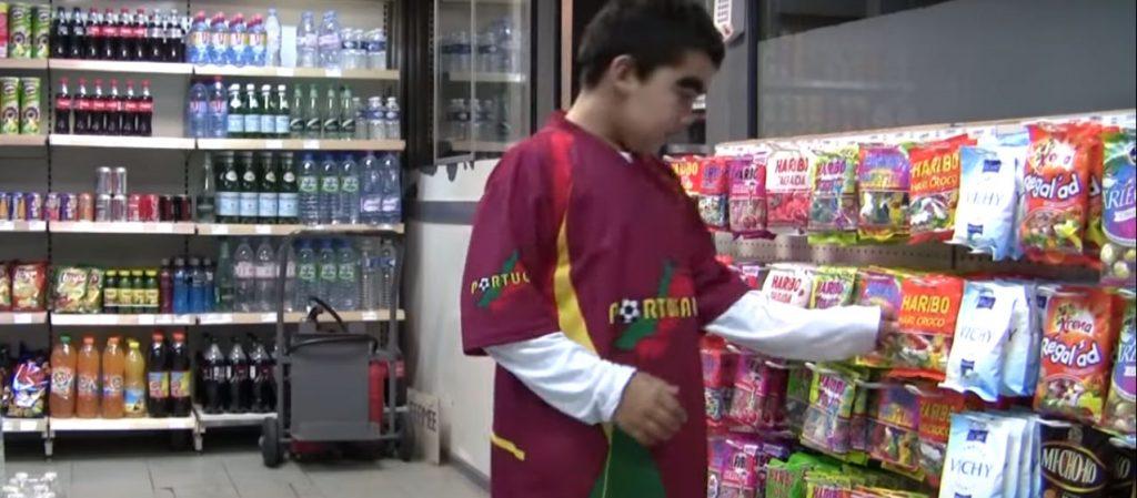 garçon choisissant un paquet de bonbons