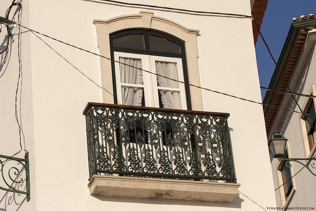 Une simple fenêtre dans les rues d'Abiul, refaite à l'ancienne, mais avec des matériaux neufs.