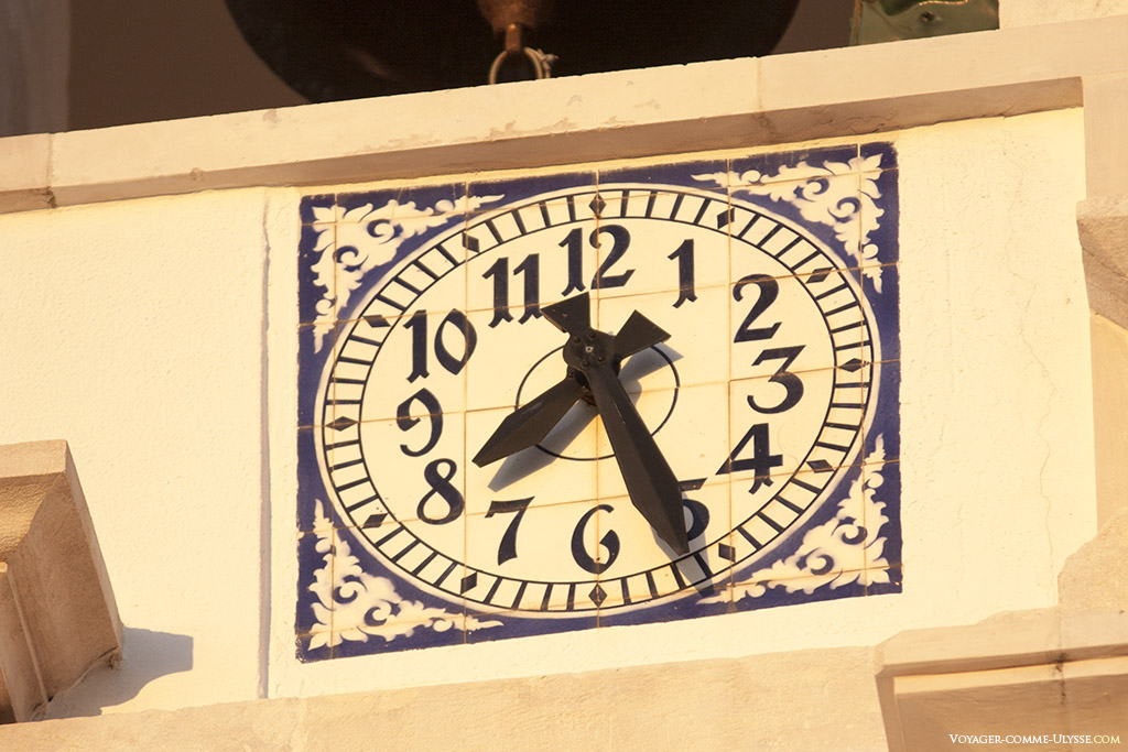 L'horloge de l'église, décorée en azulejos