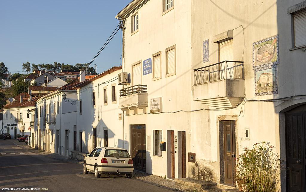 Avec un ciel bleu impeccable, le blanc des maisons est resplendissant